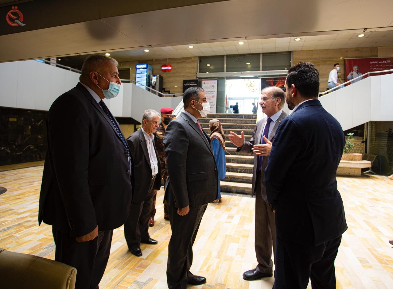The Governor of the Central Bank visits a number of private banks 27928